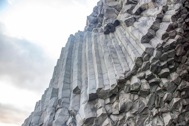 Bazaltowe kolumny na czarnej plaży w islandii
