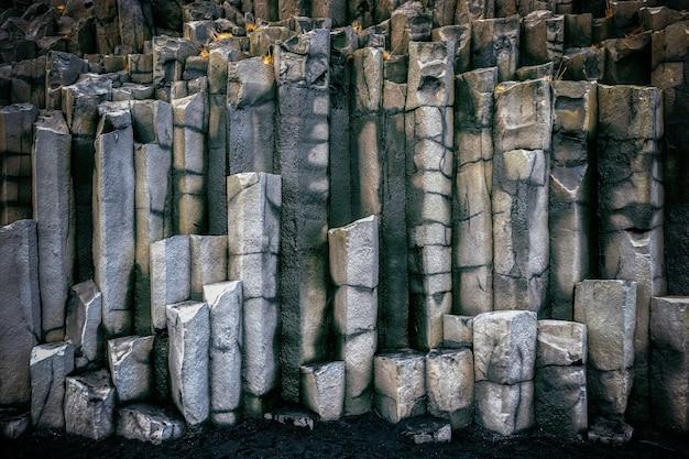 Bazaltowe kolumny w pobliżu vik, islandia.