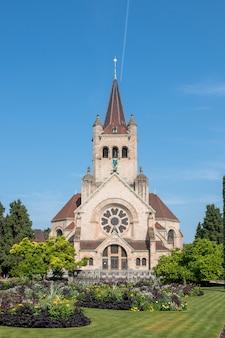 Bazylea, szwajcaria - 20 czerwca 2017 r.: widok na kościół św. pawła (pauluskirche), część kościoła ewangelicko-reformowanego kantonu bazylea. letni dzień z błękitnym niebem