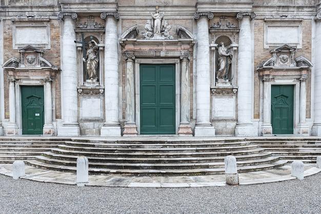 Bazylika di santa maria w porto wejściowej fasadzie w ravenna, włochy