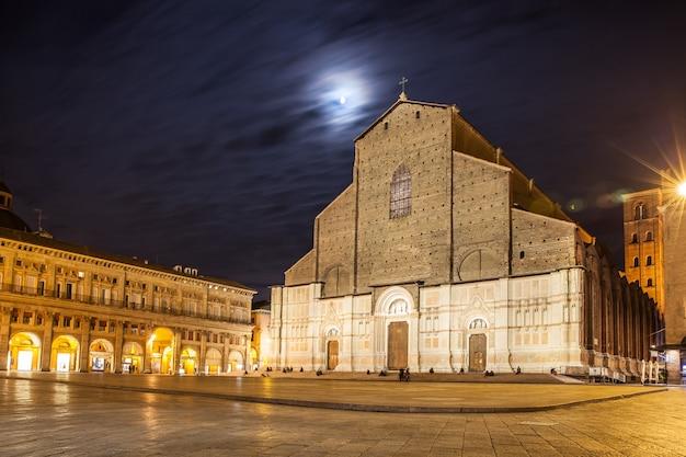 Bazylika san petronio i piazza maggiore w bolonii nocą, włochy
