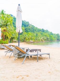 Beautiful silhouette luksusowy parasol i krzesło wokół basenu w hotelu basen uciekać z palmy kokosowe w czasie wschodu słońca - wzrostu przetwarzania koloru