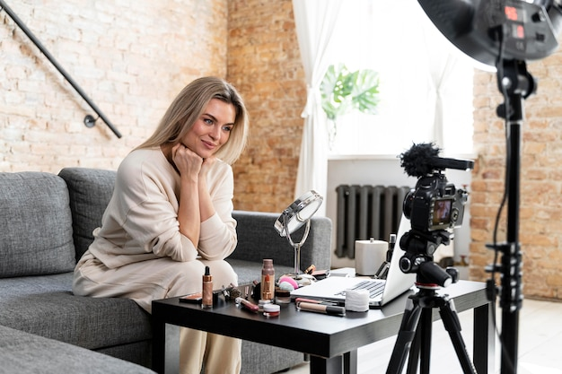 Beauty vlogger robi wideo w domu