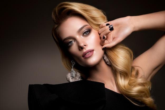 Beautyful dziewczyna z jasny makijaż i piękną fryzurę
