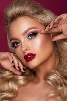 Beautyful dziewczyna z jasny makijaż. wiśniowe usta