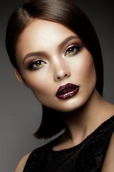 Beautyful dziewczyna z jasny makijaż