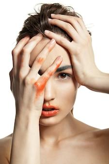 Beautyful kobieta z kreatywnym makijażem na białym tle nad białym