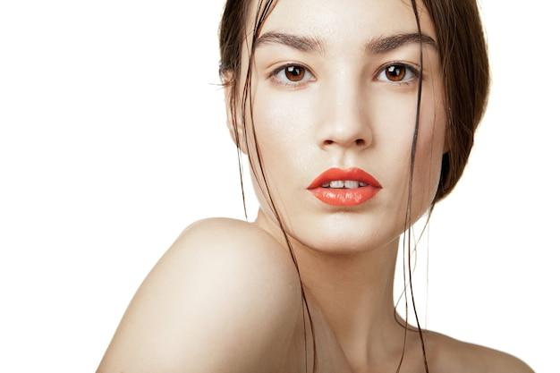 Beautyful kobieta z mokrą, czystą skórą na białym tle