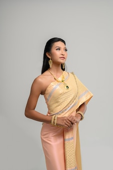 Beautyful tajlandzka kobieta jest ubranym tajlandzką suknię