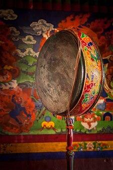 Bęben gongowy w klasztorze spituk. ladadkh, indie