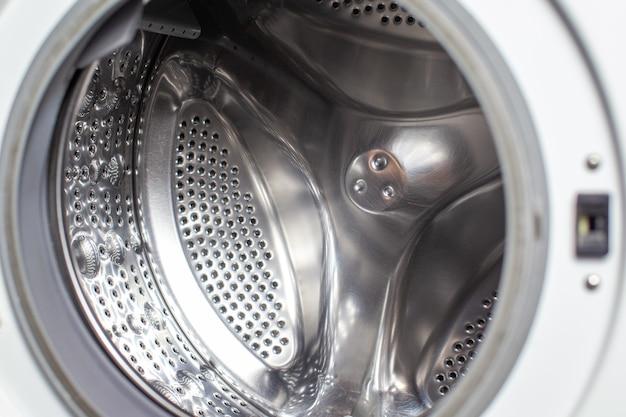 Bęben pralki suchy i czysty z bliska. pralko-suszarka widok wewnątrz bębna.