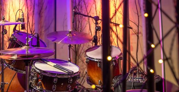 Bębny w studiu z pięknym światłem. pojęcie twórczości muzycznej i show-biznesu.