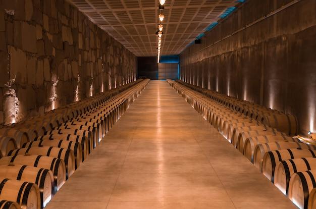 Beczki dębowe do leżakowania wina w podziemnej piwnicy w vale dos vinhedos