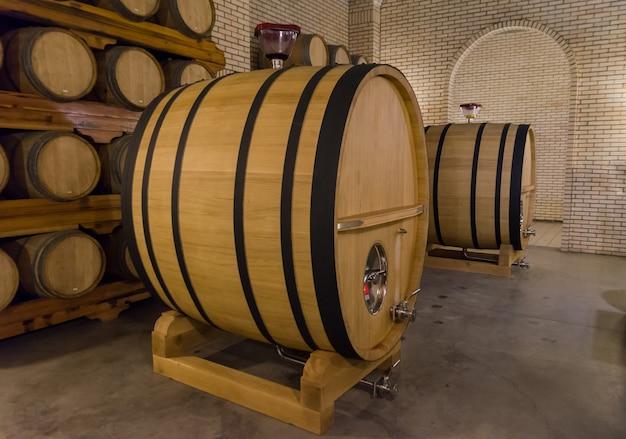 Beczki dębowe do leżakowania wina w podziemnej piwnicy w vale dos