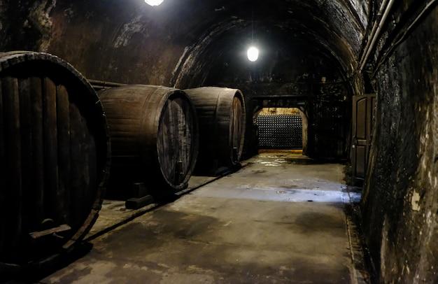 Beczki na wino w piwnicy. piwnica win w winnicy