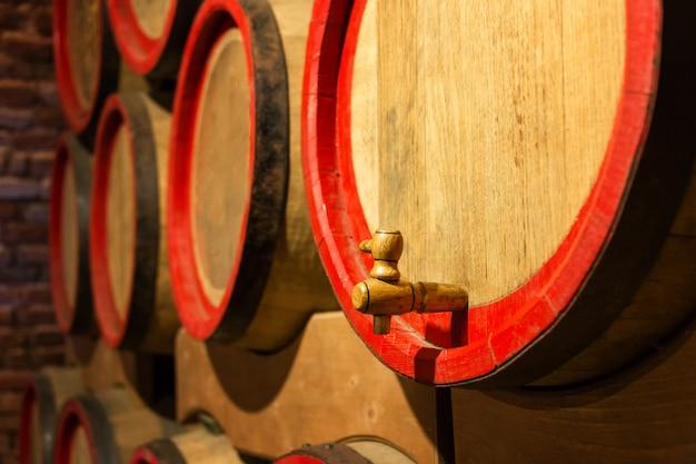 Beczki na wino w zabytkowej piwnicy