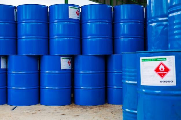 Beczki po oleju zielone lub symbol ostrzegawczy beczki z chemikaliami pionowo ułożone w górę