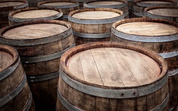 Beczki w piwnicy z winami