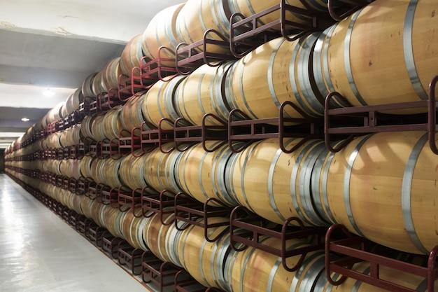 Beczki w piwnicy z winem
