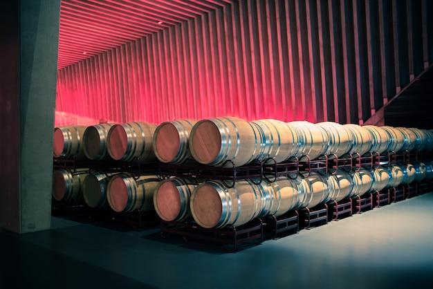 Beczki wina przechowywane w winnicy w procesie fermentacji