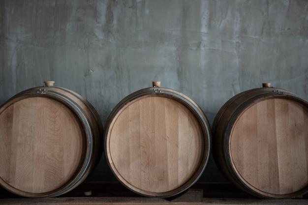 Beczki wina ułożone w piwnicy winnicy