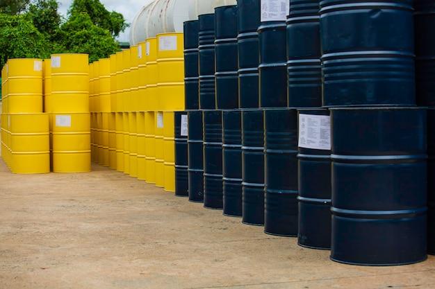 Beczki z ropą w kolorze niebieskim i żółtym lub beczki z chemikaliami ułożone pionowo.
