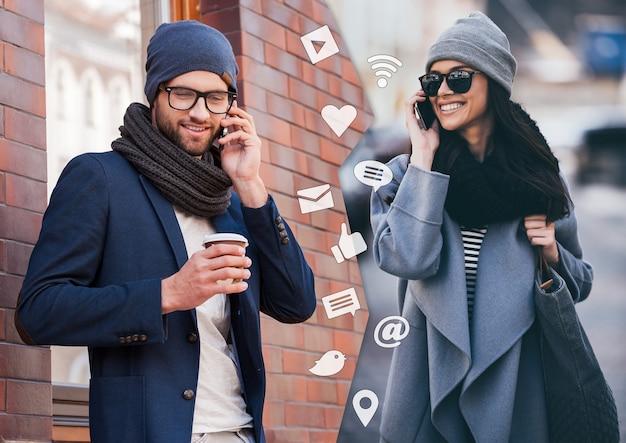 Będę za pięć minut! montaż dwóch zdjęć mężczyzny i kobiety rozmawiających przez smartfony i uśmiechających się, stojących w różnych miejscach na zewnątrz