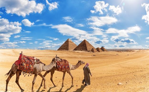 Beduin na pustyni w pobliżu piramid w egipcie.