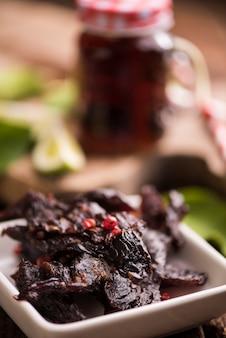 Beef jerky na drewnianym tle