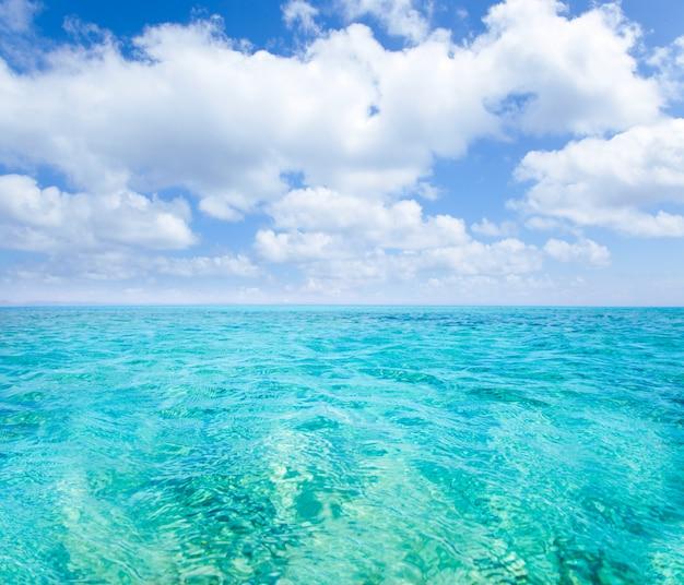 Belearic wysp turkusowy morze pod niebieskim niebem