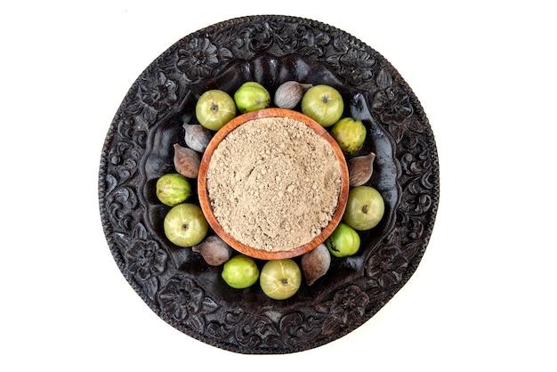 Beleric myrobalan, chebulic myrobalans i owoce agrestu indyjskiego na białym tle. widok z góry.