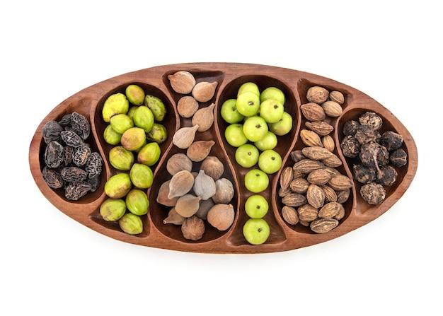 Beleric myrobalan, chebulic myrobalans, terminalia arjuna i owoce agrestu indyjskiego na białym tle.