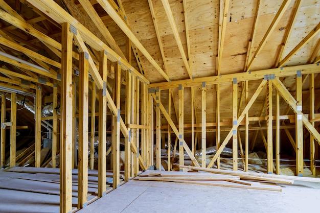 Belka szkieletowa dachu nowego domu w budowie budowa domu belki