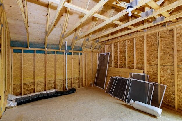 Belka szkieletowa rama poddasza domu w budowie wnętrze ścian ramy i materiału sufitu