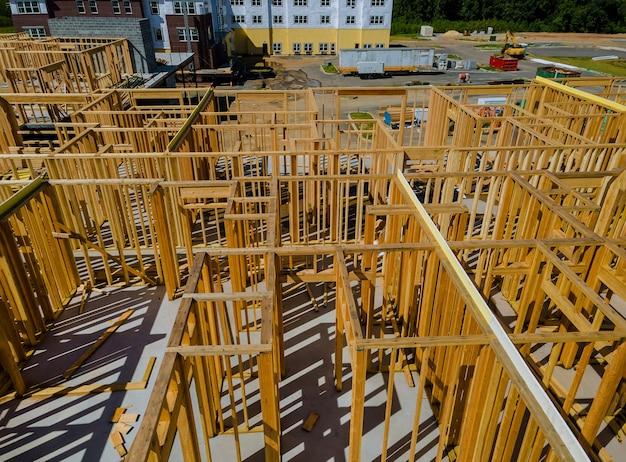 Belka zbudowana rama nowego domu w budowie drewnianego domu