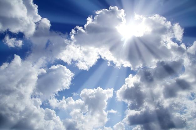 Belki lekki błękitny niebo z białymi chmurami