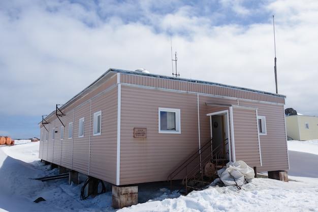 Bellingshausen rosyjska stacja badawcza na antarktydzie na wyspie króla jerzego (znak na rosyjskim: zsrr stacja badawcza bellingshausen 22 lutego 1968 r.)