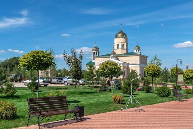 Bender, mołdawia 06.09.2021. aleksandra newskiego w pobliżu twierdzy tighina w bender, naddniestrzu lub mołdawii, w słoneczny letni dzień