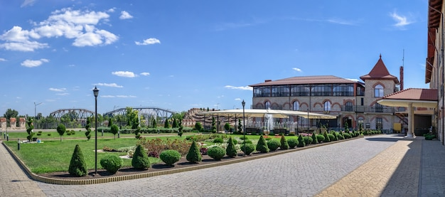 Bender, mołdawia 06.09.2021. hotel i restauracja stary bastion w twierdzy tighina w bender, naddniestrzu lub mołdawii, w słoneczny letni dzień