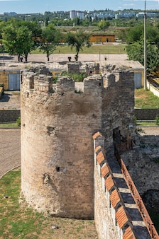 Bender, Mołdawia 06.09.2021. Mury I Wieże Twierdzy Tighina W Bender, Naddniestrzu Lub Mołdawii, W Słoneczny Letni Dzień Premium Zdjęcia