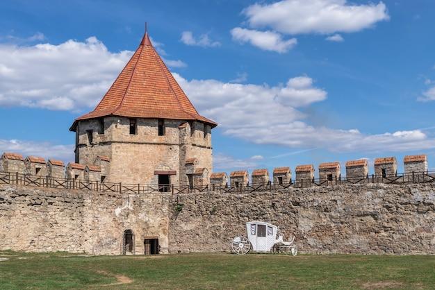 Bender, mołdawia 06.09.2021. mury i wieże twierdzy tighina w bender, naddniestrzu lub mołdawii, w słoneczny letni dzień