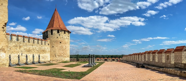 Bender, Mołdawia 06.09.2021. Panoramiczny Widok Na Twierdzę Tighina W Bender, Naddniestrzu Lub Mołdawii W Słoneczny Letni Dzień Premium Zdjęcia