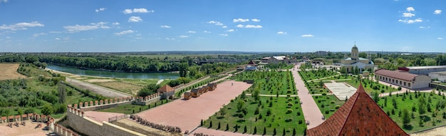 Bender, mołdawia 06.09.2021. park aleksandra newskiego i twierdza tighina w bender, naddniestrzu lub mołdawii, w słoneczny letni dzień