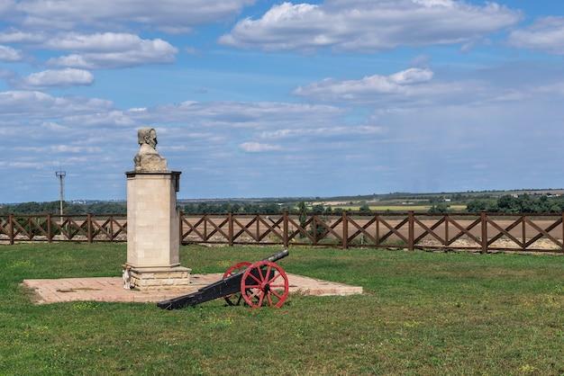 Bender, mołdawia 06.09.2021. pomnik iwana kotlarewskiego w pobliżu twierdzy tighina w bender, naddniestrzu lub mołdawii, w słoneczny letni dzień