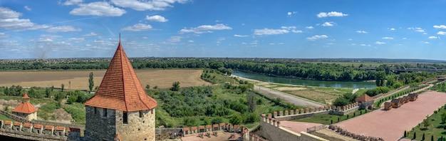 Bender, mołdawia 06.09.2021. widok na dniestr z murów twierdzy tighina w bender, naddniestrzu lub mołdawii, w słoneczny letni dzień