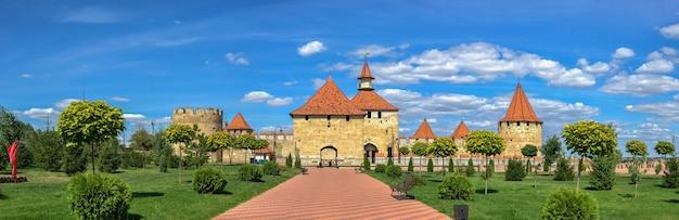 Bender, mołdawia 06.09.2021. widok z zewnątrz na twierdzę tighina w bender, naddniestrzu lub mołdawii, w słoneczny letni dzień