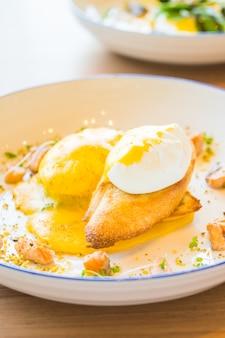 Benedykt jajeczny z łososiem