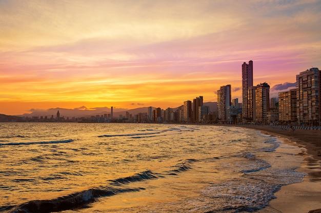 Benidorm skyline o zachodzie słońca plaży w alicante