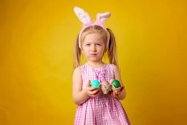 Berbeć blondynki szczęśliwa dziewczyna z królików ucho