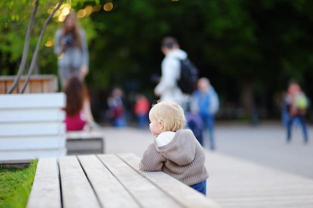 Berbeć chłopiec ma spacer w parku